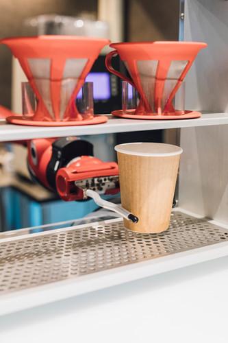 ロボットのTomが本格ドリップコーヒーも淹れてくれます。