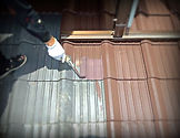 グッドリフォームの職人による手塗りで屋根塗装風景。塗装リフォーム専門店です。