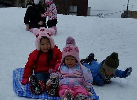 【山の手】例年になく雪の少ない冬でしたが、やっとフワフワの雪が降り、公園での雪遊びを楽しめるようになりました。【マザー保育園山の手おたより2月号】