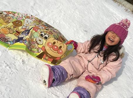 【山の手】ジャンバーの着脱も少しずつ自分でできるようになり、公園での雪遊びや雪道の散歩にも少しずつ慣れてきました。【マザー保育園山の手おたより1月号】