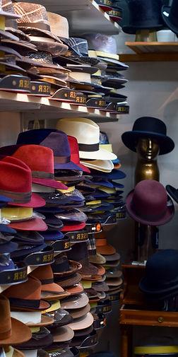 Diverse gestapelte Hüte
