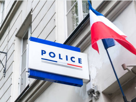 Il refuse de quitter le commissariat et menace de jeter des pierres sur les agents de police