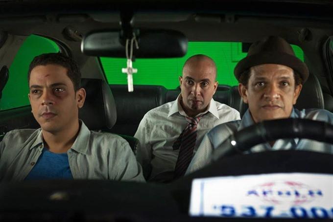 Tres actores dentro de un auto