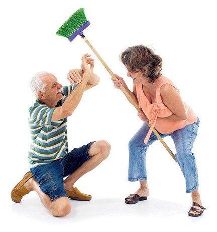 Hombre y mujer representando a violencia intrafamiliar