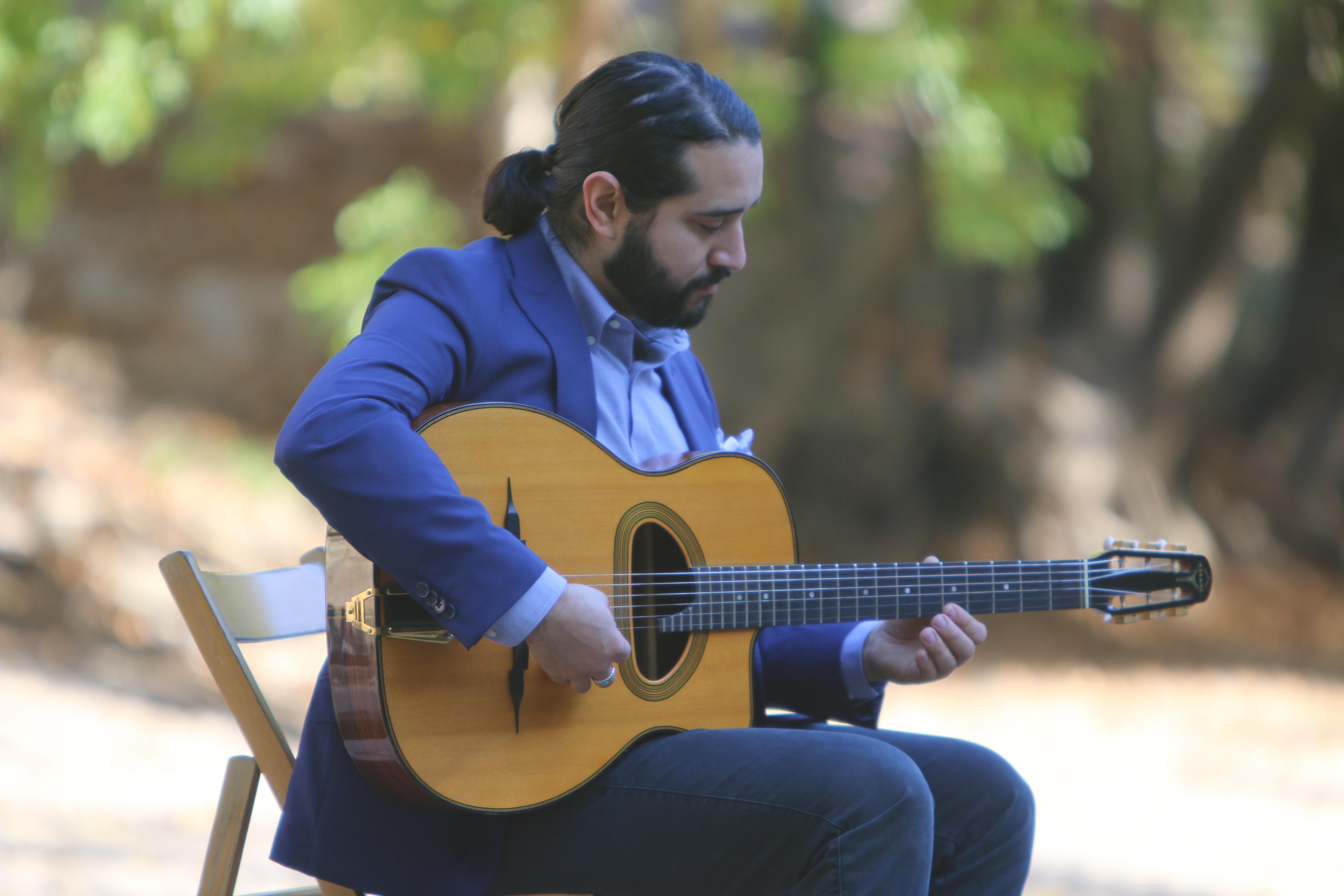 Alejandro Zapata, guitar