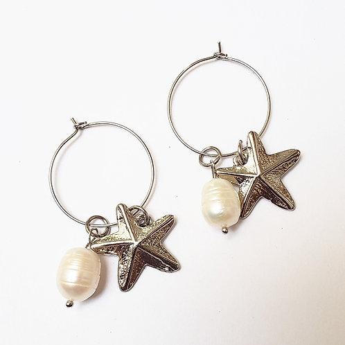 Brinco argola prateada com estrela do mar e pérola