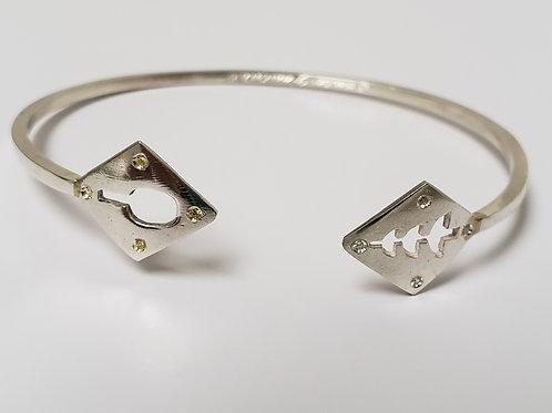 Bracelete de orixás em prata com 4 zircônias de cada lado.