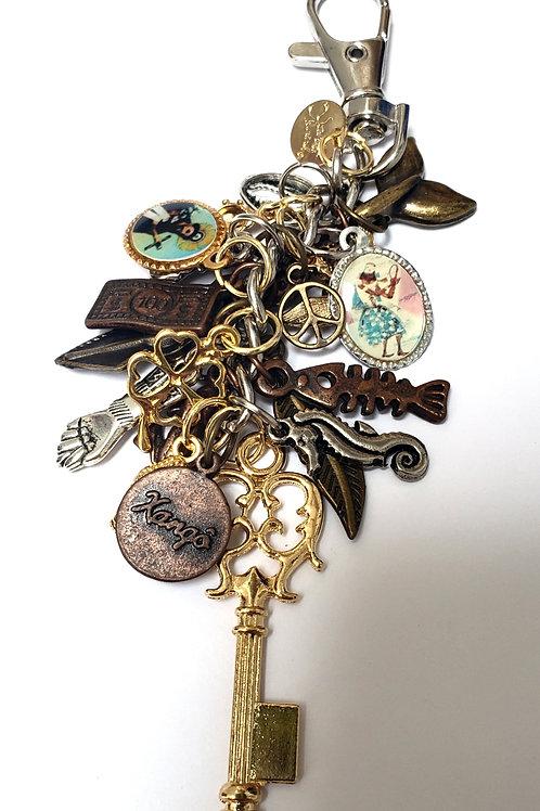 Chaveiro Balangandã em tons de dourado, prata, ouro velho e cobre