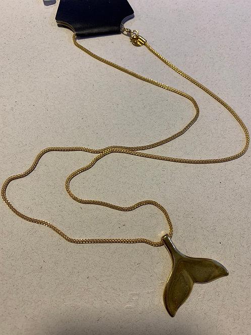 Colar em metal dourado com rabo de baleia