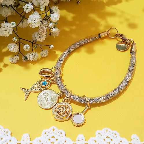 Pulseira de malha dourada com cristais dentro e pingentes de Oxum