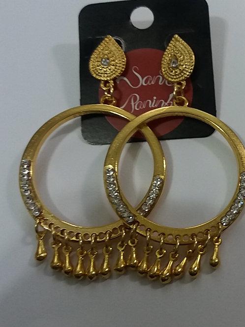 Brinco de metal dourado com strass e pingentes de gota