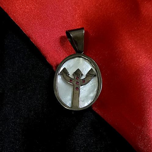 Pingente de Pomba Gira em prata banhado a ródio negro com Rubelitas