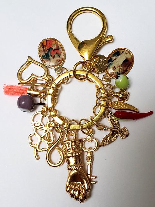 Chaveiro Balangandã com figa dourada e amuletos