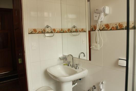 Banheiros com secador de cabelo.