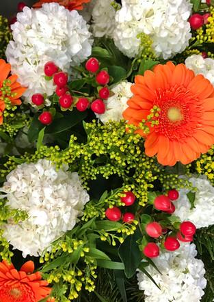 Fellner Blumen Trauerfloristik Kranz orange weiß