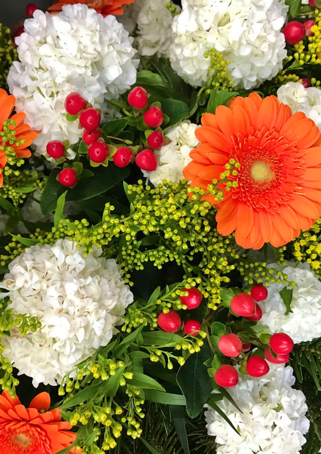 Fellner Blumen Trauerfloristik Kranz orange weiß