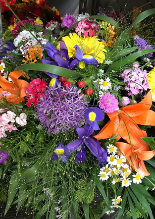 Fellner Blumen Trauerfloristik Bukett bunt