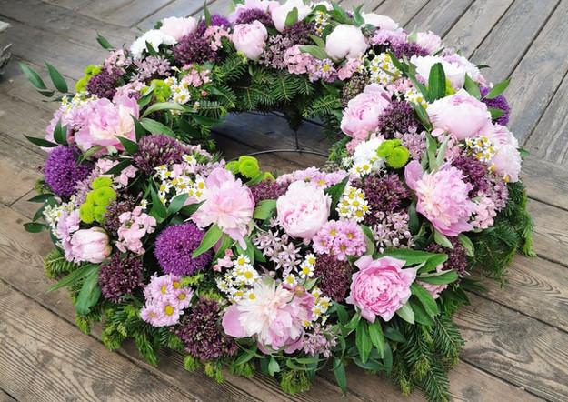 Fellner Blumen Trauerfloristik Kranz rosa lila