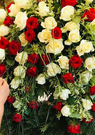Fellner Blumen Trauerfloristik Kranz Rosen rot weiß
