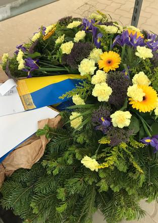 Fellner Blumen Trauerfloristik gelber Kranz