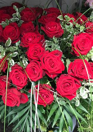 Fellner Blumen Trauerfloristik Kranz mit roten Rosen
