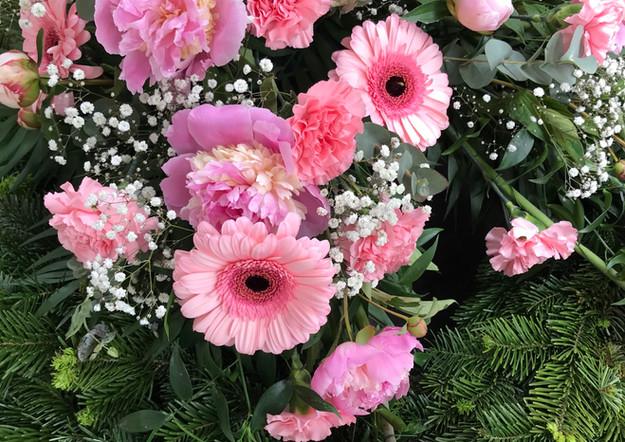 Fellner Blumen Trauerfloristik Bukett rosa