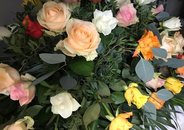 Fellner Blumen Trauerfloristik Sarggesteck bunt