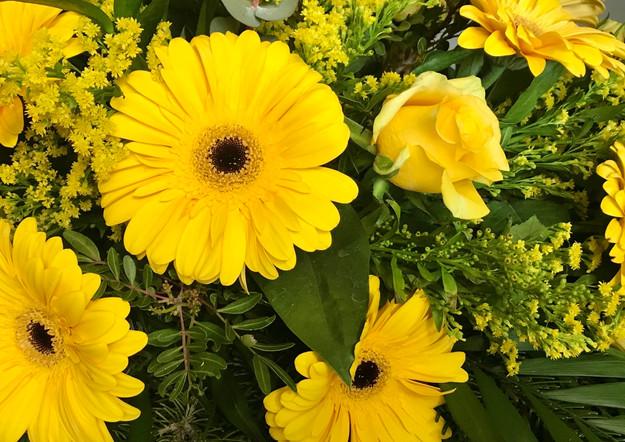 Fellner Blumen Trauerfloristik Kranz gelb