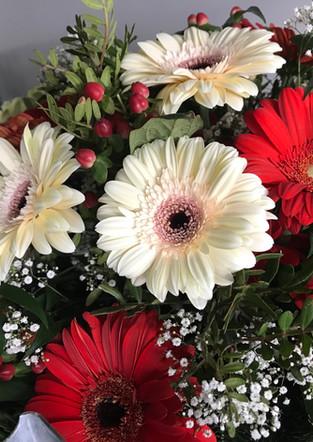Fellner Blumen Trauerfloristik Kranz mit Gerbera rot weiß
