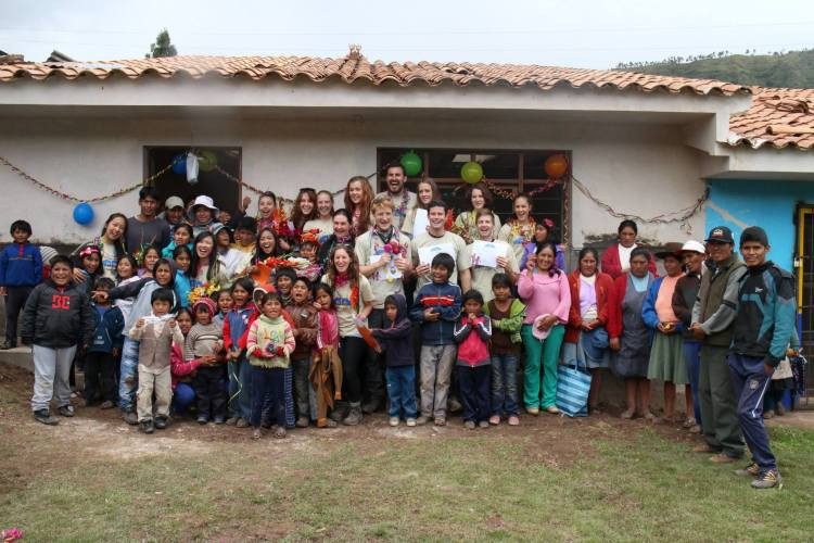 Quilla Huata schoolchildren, their mothers and construction workers with the Macquarie team in front of our completed classroom
