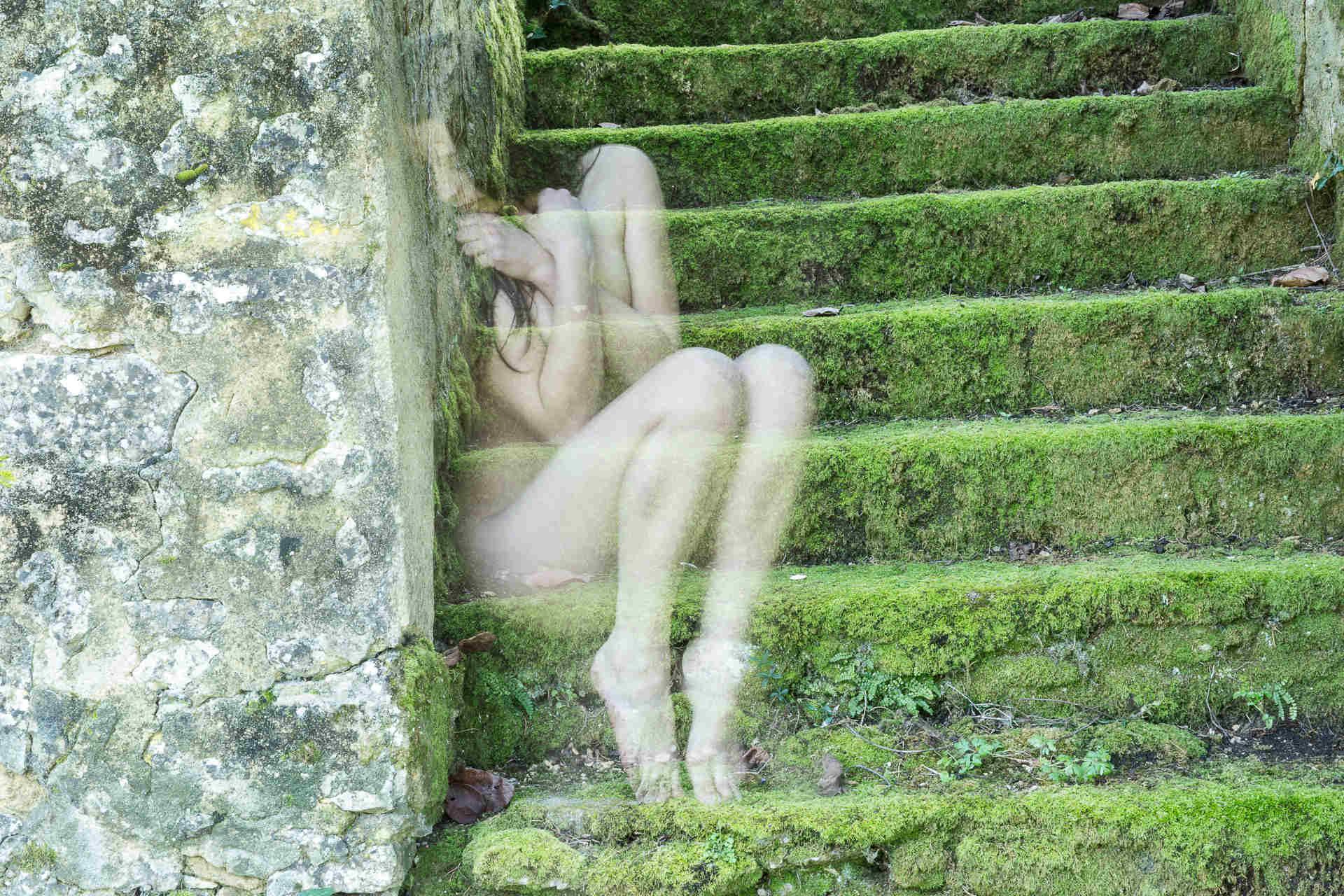 Jeune fille dans l'escalier