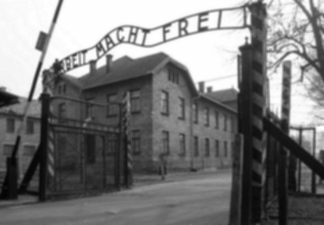 Eingangstor_des_KZ_Auschwitz%2C_Arbeit_m