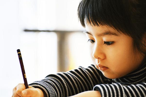 当塾の算数・数学の授業では民間教育で国内初の英語でのイマージョン教育による算数・数学指導 を行います。英会話スクールと学習塾の特徴を併せ持つ東京外語スクールならではのコースとなります。     教材は英語で書かれた数学のテキストを使いますが、指導はバイリンガル講師が生徒様ひとりひとりに合わせて日本語と英語の配分を考え指導するため、小学生以上であればどなたでも受講していただけます。