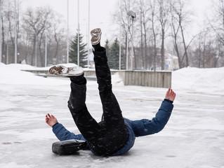 Поскользнулись зимой – кому предъявлять претензии?