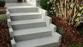Treppe aus Granitblockstufen und Granitp