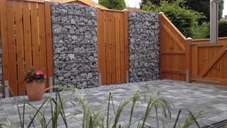 Zaun aus Holz und Gabionen 2014.JPG