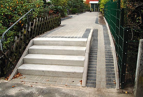 Treppe mit Fahrradrampe.jpg