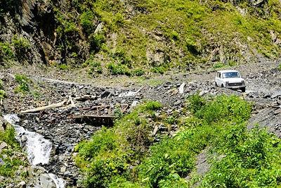 Auto-op-weg-naar-Tusheti-Georgië-700x467