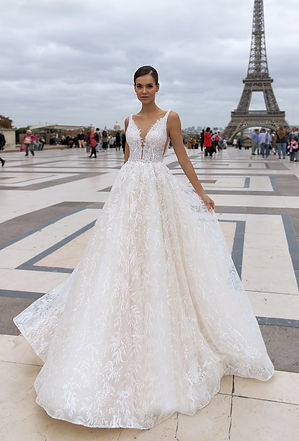 Свадебное платье блестящее с узором, купить свадебное платье Киев, недорогие свадебные платя киев, свадебное патье с глубоким вырезом, все свадебные салоны киева