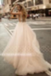 свадебное платье с глубоким декольте