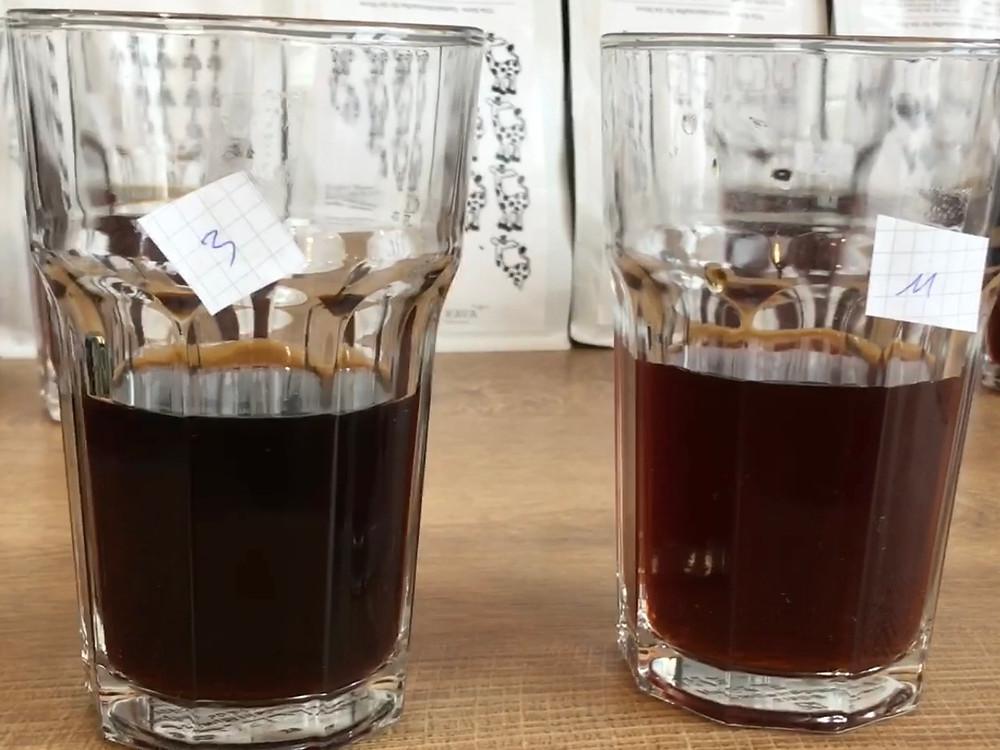 Links dunkle Röstung (Espresso), rechts helle Röstung (Filterkaffee)