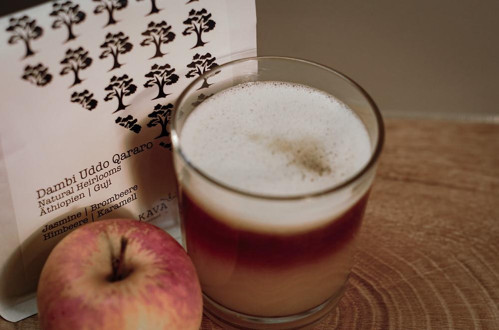 Heißer Apfel-Birnen-Saft meets Cold Brew Kaffee