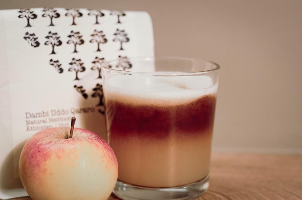 Aufgeschäumter Apfel-Birnen-Saft mit einem Cold Brew on top.