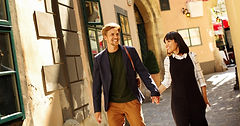 Мужчина и женщинав пешеходной прогулке по Вене