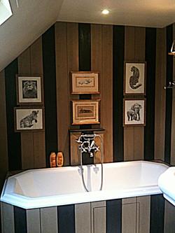Salle de bains avec lambris