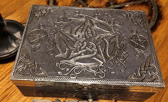 Boîte en métal, décorée d'un pentagramme