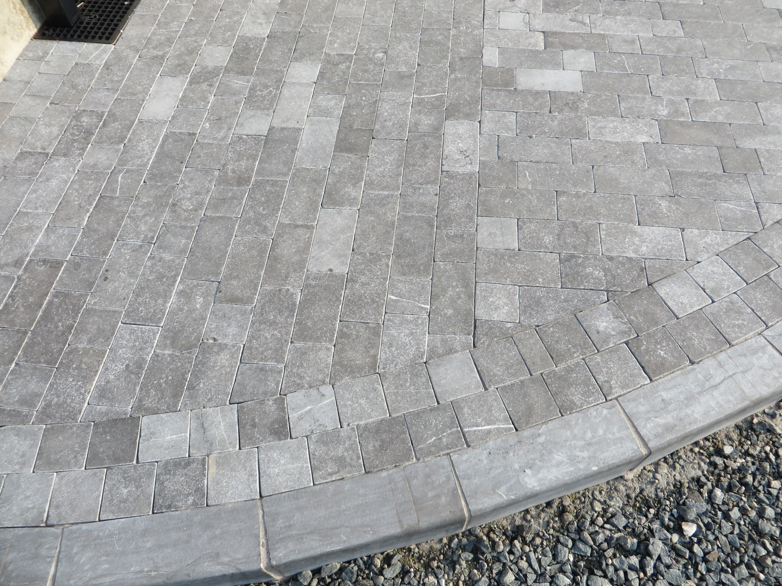 Limestone Setts with Limestone Kerb