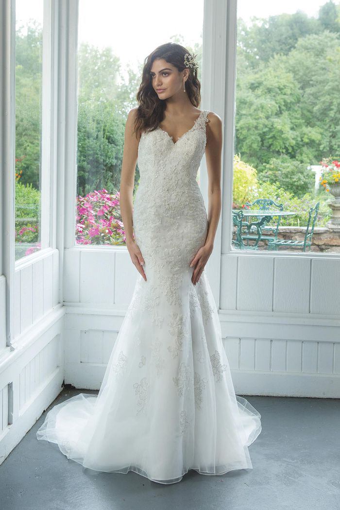 V-necklinewith Beaded Lace