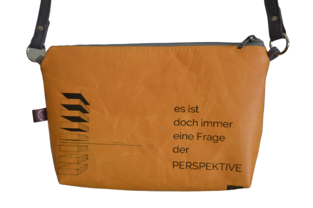 TINI-sonnengelb+cognac-Augenhöhe