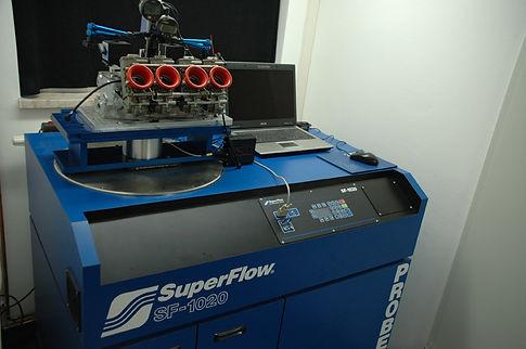 Fließbank, Flowbench, mit montiertem Flachschiebevergaser und Zylinderkopf